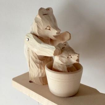 ロシア製の木彫りのクマちゃん。